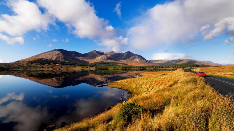 Eine Wanderung im Connemara National Park führt dich durch Moor- und Heidelandschaften.