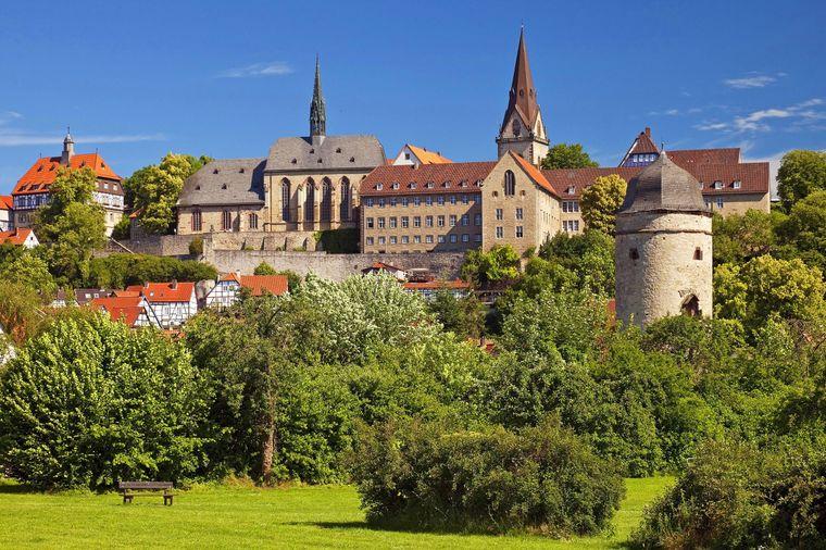 Das Stadtpanorama der mittelalterlichen Stadt Warburg, im Hintergrund das Rathaus.