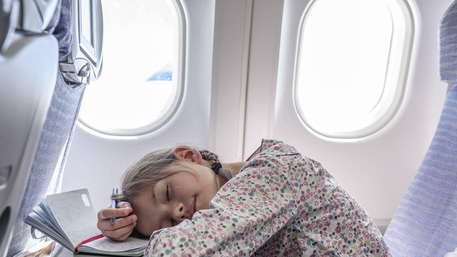 In einem Flugzeug ist die Schlafqualität an einem Fensterplatz am höchsten.