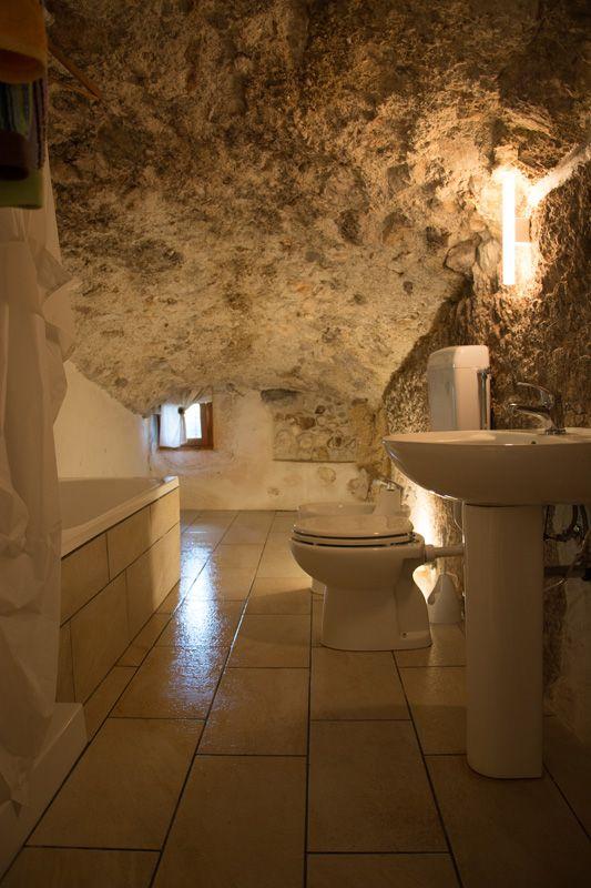 Einzigartig: Das Badezimmer sieht aus, als wäre es in einer Höhle.