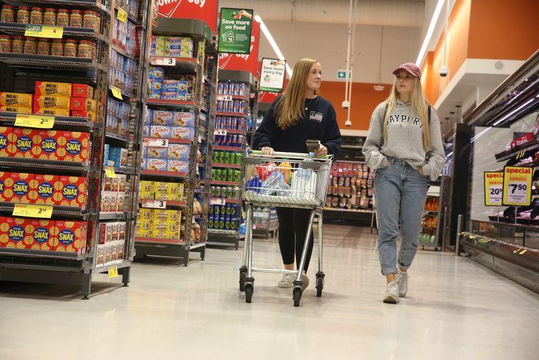 Jane und Julia in ihrem Element: shoppen.