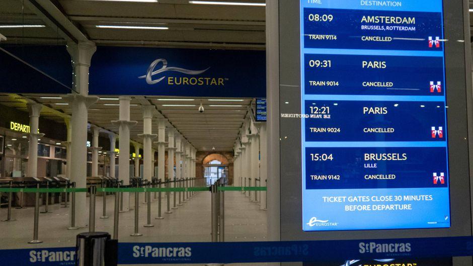 Die Anzeige am Eurostar-Terminal in London zeigt ausgefallene Züge nach Europa an.