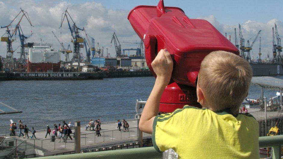 Der Hafen in Hamburg ist für Kinder auch spannend. Aber wir haben noch bessere Tipps für die ganze Familie.