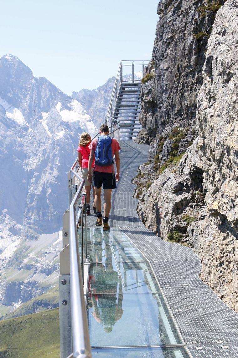 Auf dem Skyline Walk am Schilthorn in der Schweiz wandelst du auf den Spuren von James Bond.