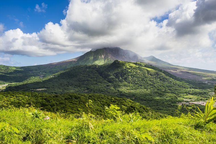 Der Vulkan Soufriere auf der Karibik-Insel Montserrat.