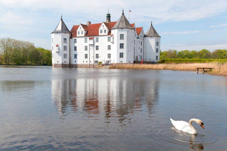 Weißer Riese am Wasser: Schloss Glücksburg.