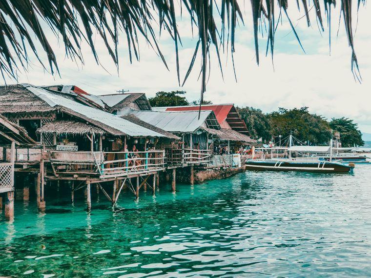 Die Häuser der Chilibar in Moalboal auf Cebu stehen auf Stelzen im Wasser.