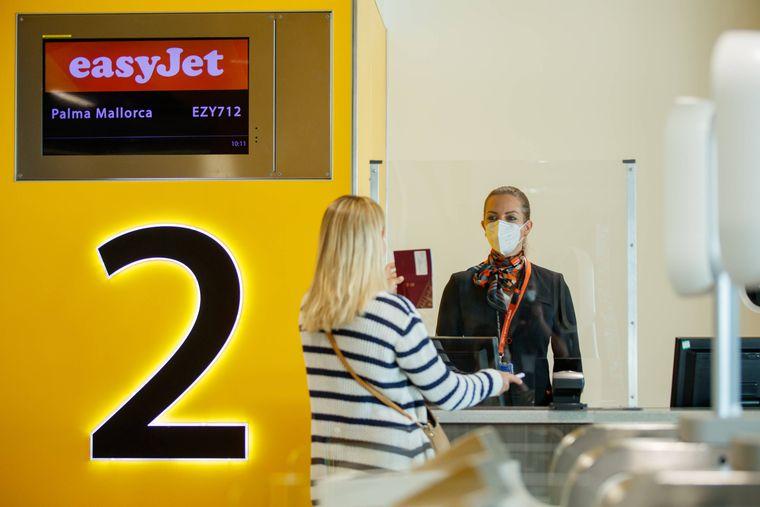Am Flughafen und im Flugzeug gilt in Corona-Zeiten eine Maskenpflicht.