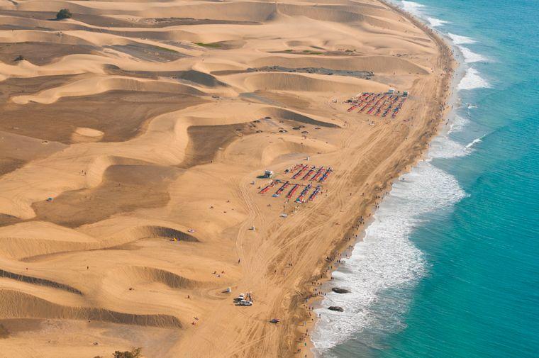 Blick von oben auf die Dünen und den Strand von Maspalmos auf der Kanaren-Insel Gran Canaria.