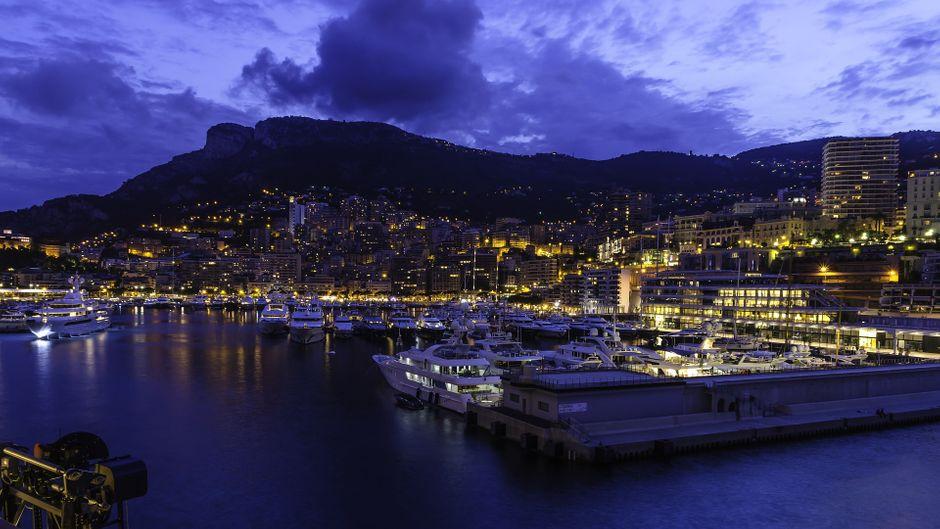 Der Yachthafen von Monaco bei Nacht