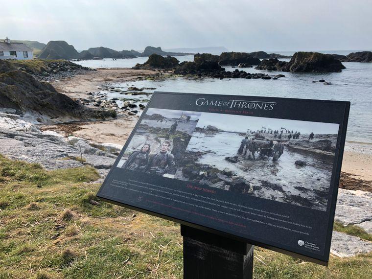 """An vielen Drehorten hat Tourism Northern Ireland für die """"Game of Thrones""""-Fans Schautafeln aufgestellt, die zeigen, welche Szene am jeweiligen Ort aufgenommen wurde."""