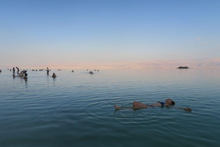 Das Tote Meer: Rein legen, Augen zu, das Salz erledigt den Rest. Die vielen Mineralien sorgen für eine wunderbar zarte Haut.