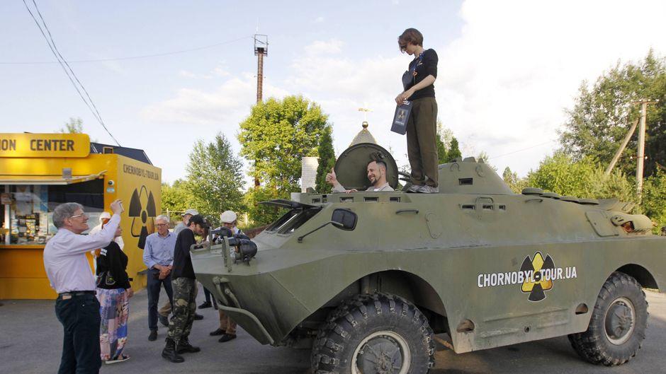 Der Dityatki-Checkpoint ist der Eingang zur Tschernobyl-Sperrzone. Touristen posieren schon hier gern für Fotos.