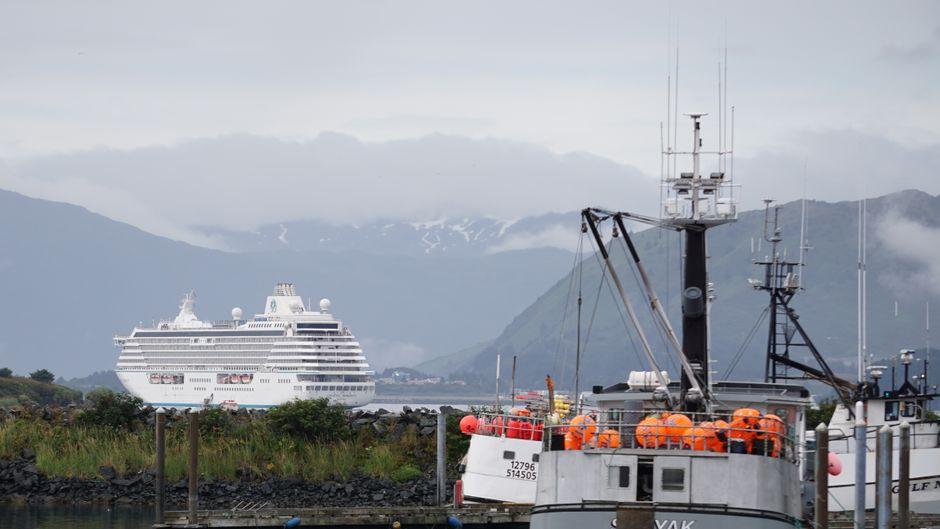 Blick auf Berge und das Kreuzfahrtschiff Crystal Serenity.