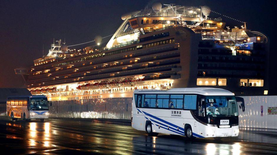 """Busse brachten die Passagiere der """"Diamond Princess"""" am Sonntag zum Flughafen Haneda in Tokio."""