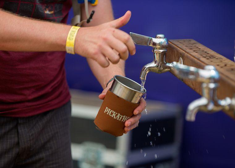 Wiederverwendbare Trinkbecher bringen sich die Gäste beim Pickathon selbst mit, das Wasser gibt's gratis.