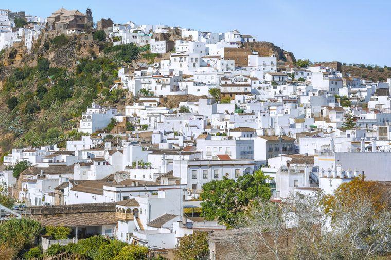 Die Stadt Arcos de la Frontera am Fluss Guadalete eines der weißen Dörfer in Andalusien.