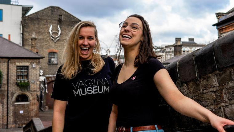 Florence Schechter (r.), die Gründerin des Vagina-Museums mit ihrer Mitarbeiterin Jasmine Evans.