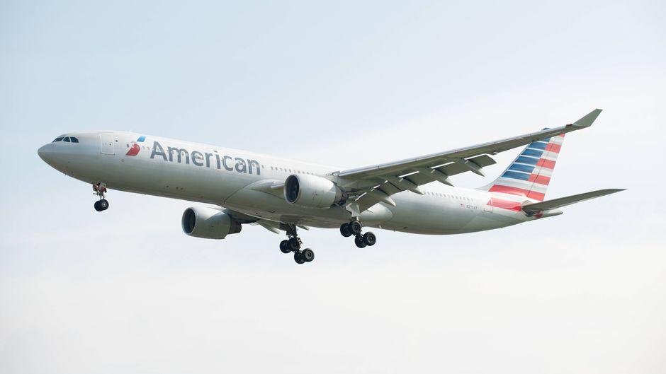 Ein American-Airlines-Airbus A330-300 im Landeanflug.