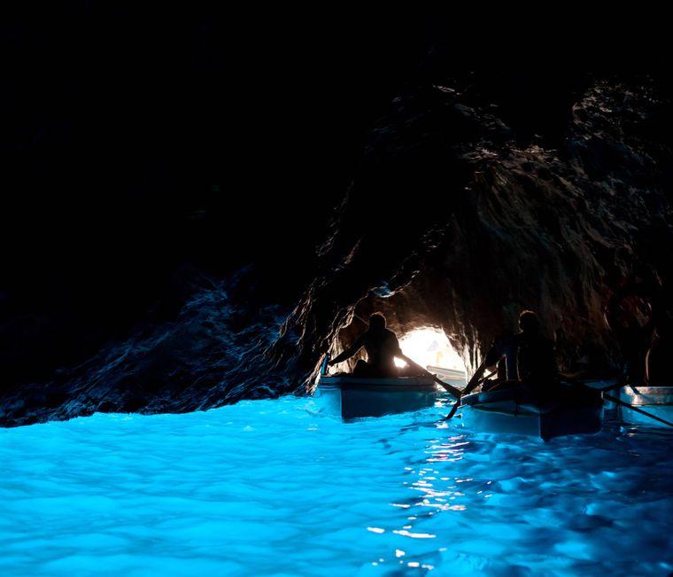 Ruderboote in der blauen Grotte auf Capri.