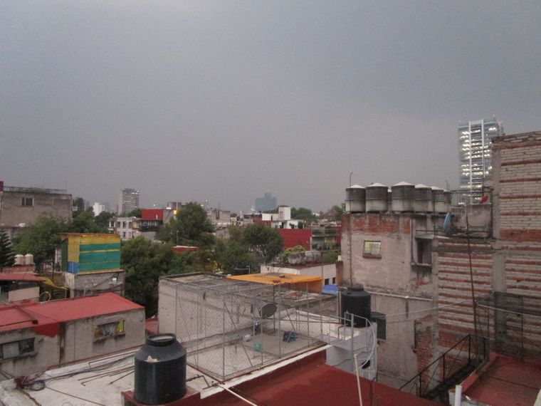 Kontraste in Mexiko-Stadt: Zwischen den hochmodernen Wolkenkratzern kommt die weniger aufpolierte Seite der Mega-City zum Vorschein – insofern der Smog die Sicht nicht beeinträchtigt.