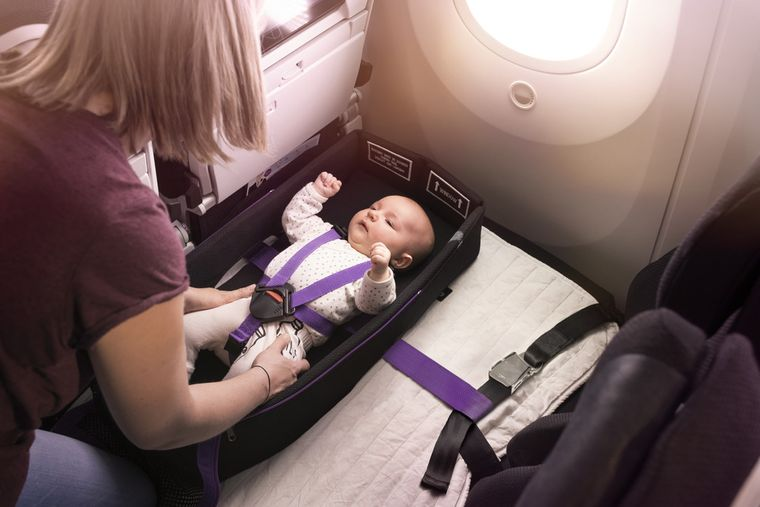 Sitzreihen in der Holzklasse von Air New Zealand können bereits seit Längerem als Betten umfunktioniert werden – jetzt auch für Babys und Kleinkinder.