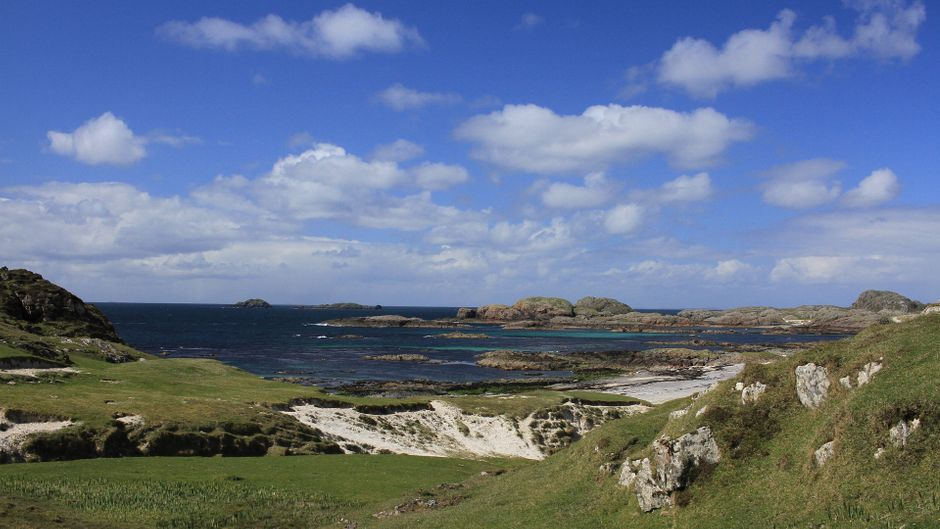 Smaragdgrün liegt Iona auf türkisblauer See, weiße Strandabschnitte schmücken die Insel.