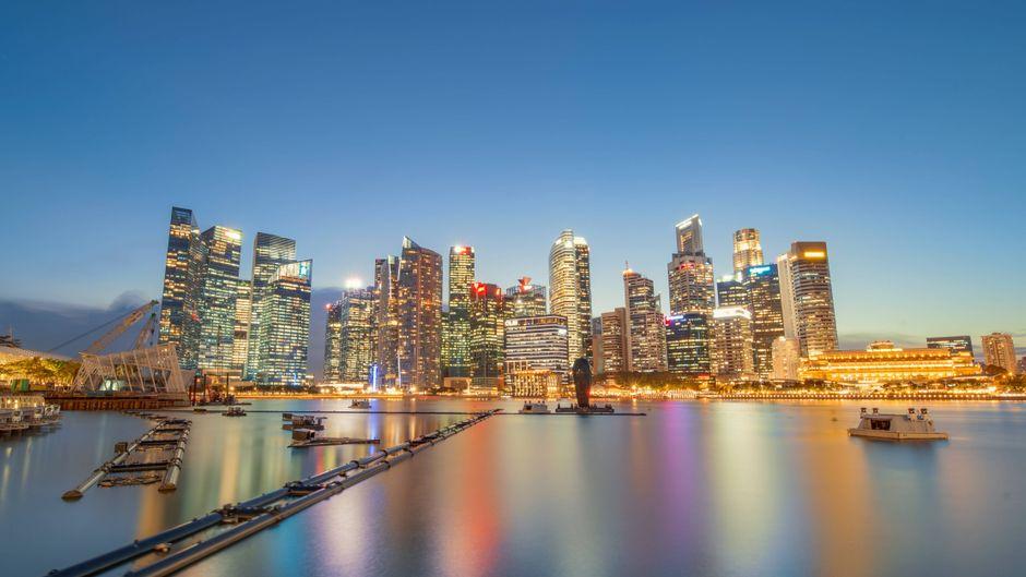 Ein Blick auf den Stadtstaat Singapur vom Meer aus.
