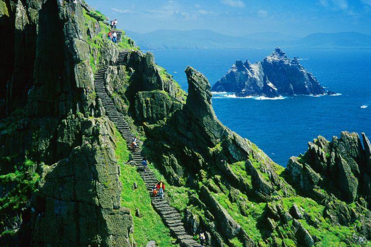 Die steile 600-stufige Treppe zur Klosteranlage Skellig Michael in Irland ist in der letzten Szene von Episode VII zu sehen.