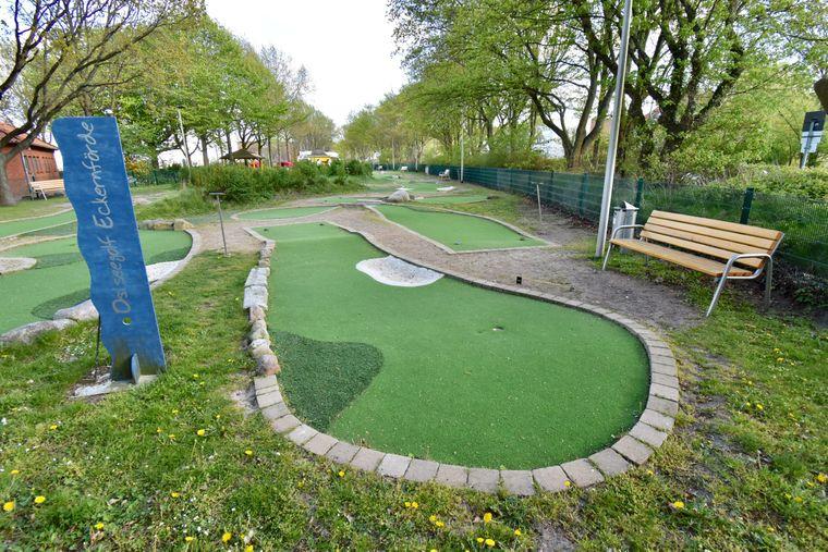 An Kurpark und Strandpromenade grenzt die Eckernförder Kleingolfanlage mit Kunstrasenbahnen und bepflanzten Dünen.