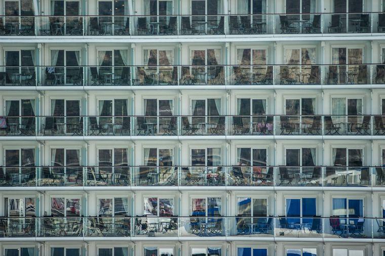 Kabinenfront eines Kreuzfahrtschiffs im Hafen vor Barcelona, Spanien.
