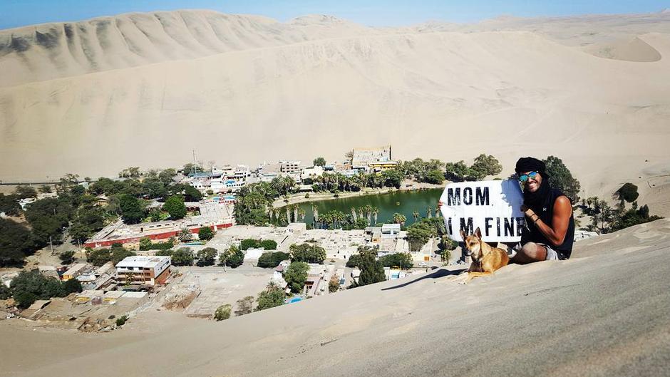 Jonathan Kubben Quiñonez sitzt in der Wüste.
