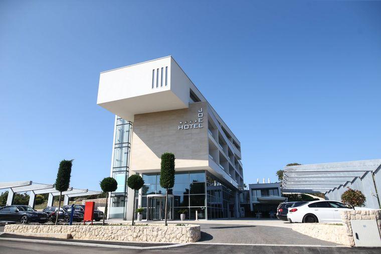Drei Millionen Euro hat Ex-Liverpool-Verteidiger Joel Lovren in das Design-Hotel auf der kroatischen Insel Pag gesteckt.