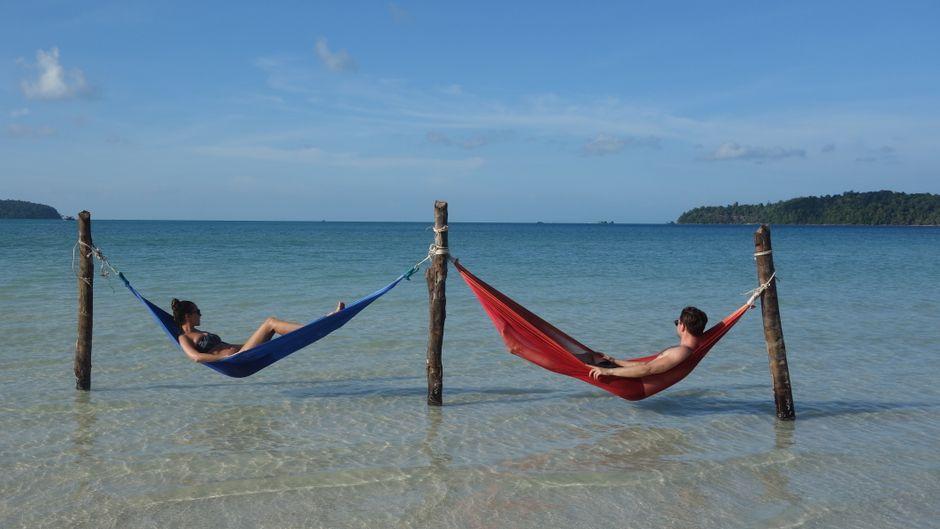 Viktor und Nadine (@travelnuts) entspannen in Kambodscha in Hängematten.