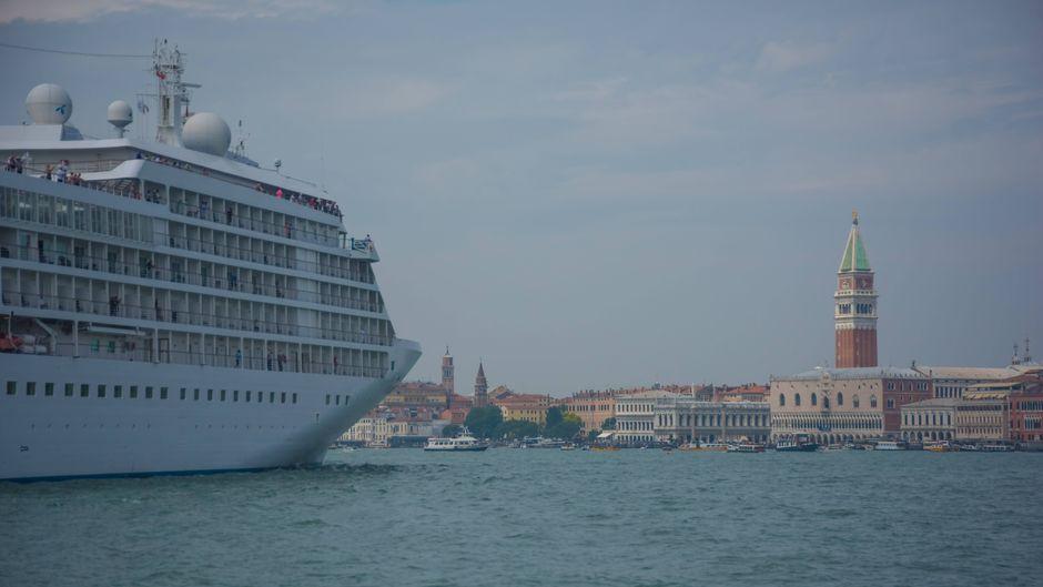 Ein Kreuzfahrtschiff mit Kurs auf Venedig. Wegen strenger Auflagen kommen weniger Gäste über den Wasserweg in die Lagunenstadt.