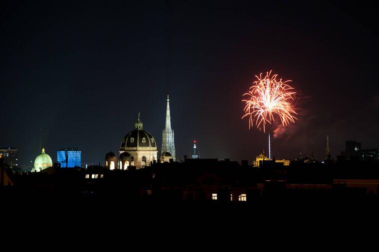 Wiener Panorama mit Stephansdom und Feuerwerk an Silvester.