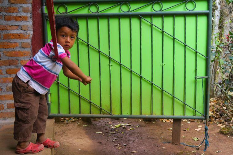 Ein Junge im indigenen Dschungel-Dorf El Chile.