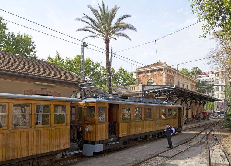 Mit der historischen Bahn kannst du von Sóller bis nach Palma de Mallorca fahren.