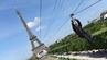 Mit bis zu 90 Kilometern pro Stunde sausen die Teilnehmer per Zipline vom Eiffelturm über die Champs de Mars.