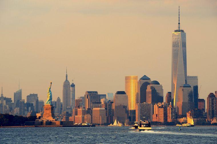 Das One World Trade Center ist ein absoluter Blickfang in der Skyline vom New Yorker Stadtteil Manhattan. Gleich um die Ecke streckt die Freiheitsstatue stolz ihren Arm empor.