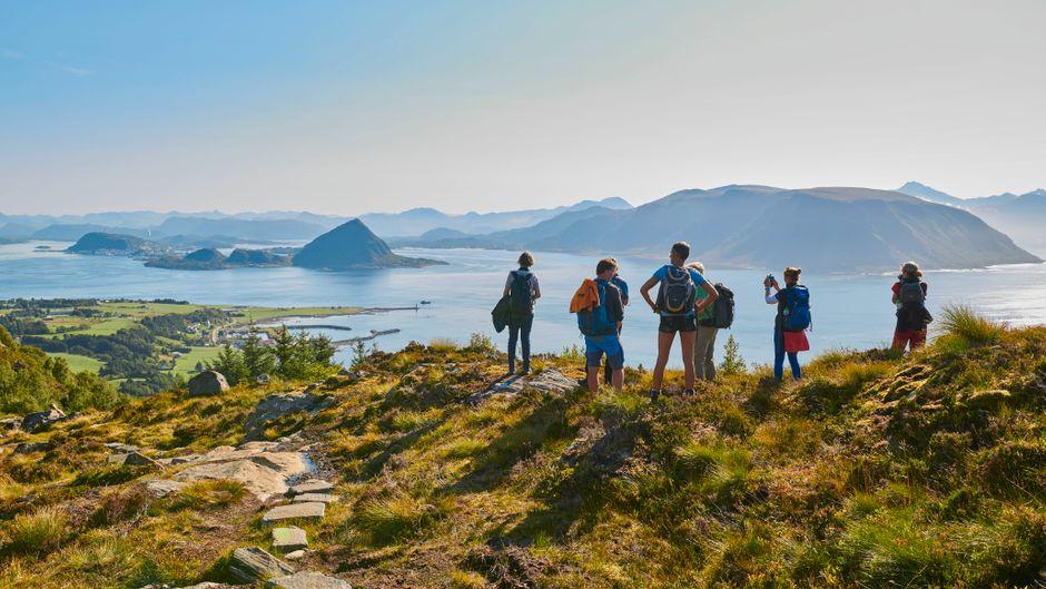 Nach einem kurzen Aufstieg bietet sich auf der Insel Godøy ein unverstellter Ausblick auf die malerische Natur.