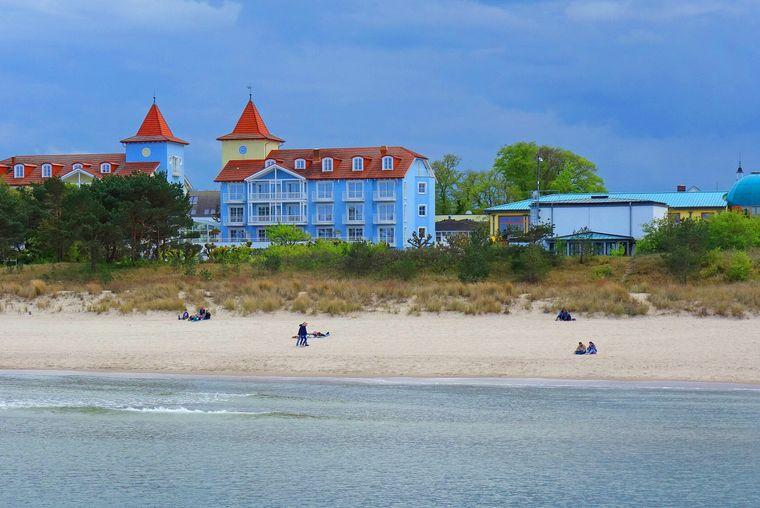 Die Strandpromenade in Zinnowitz auf Usedom besuchen viele Touristen.