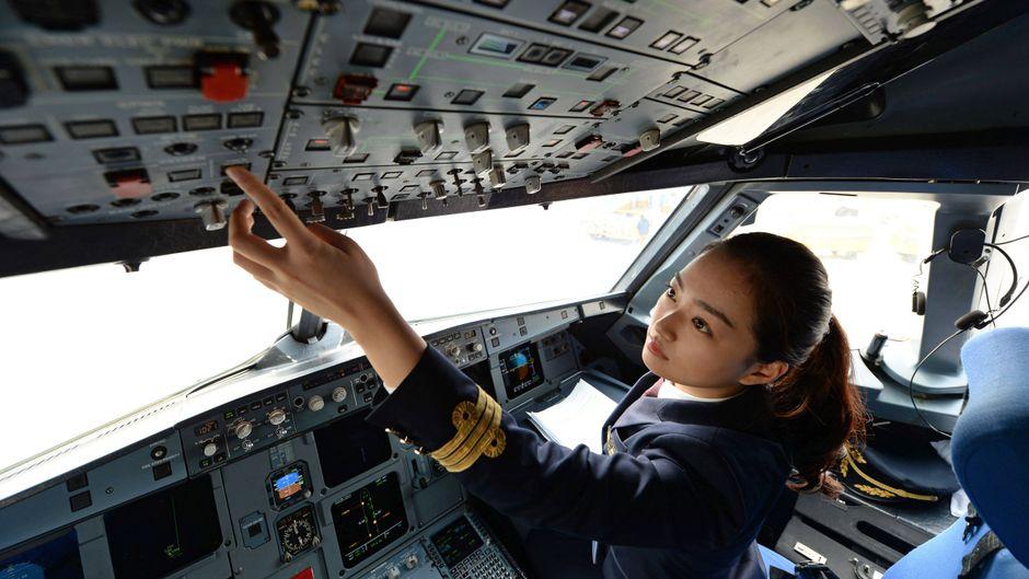 Pilotin im Cockpit eines Flugzeugs vor dem Start.