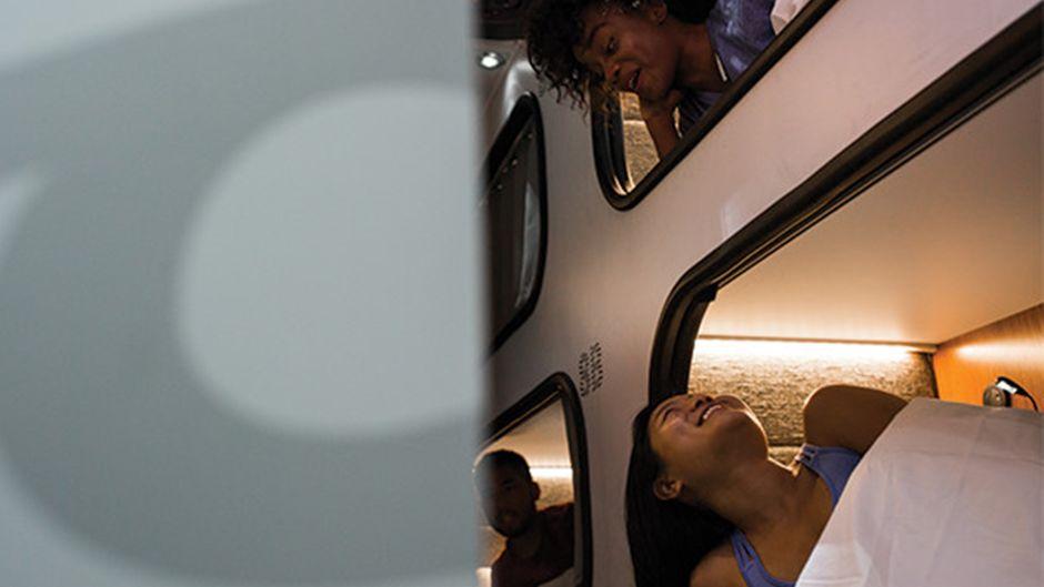 Fast wie im eigenen Schlafzimmer: Im neuen Bus können Reisende die Beine ausstrecken.