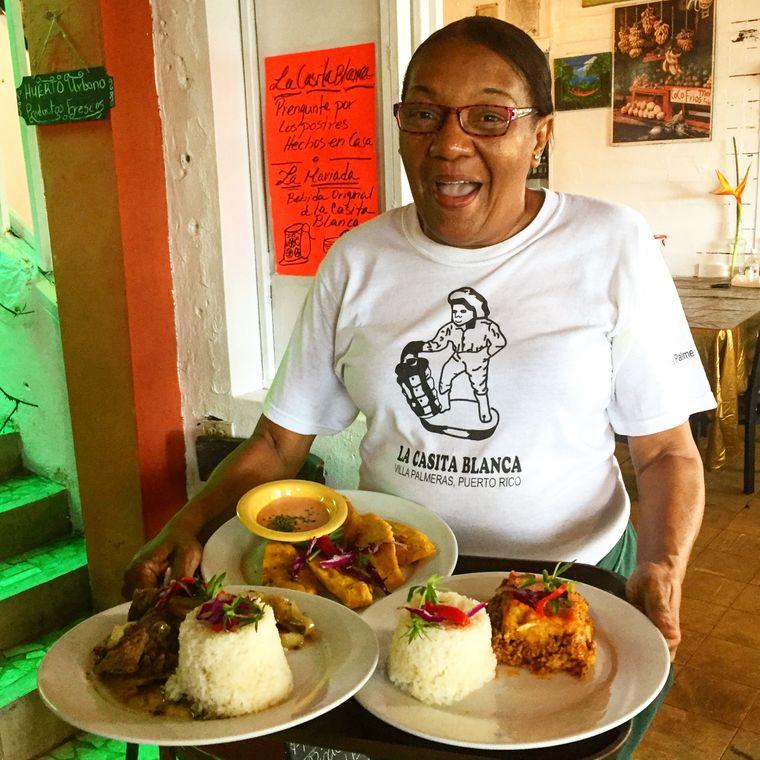 """Laura serviert im """"La Casita Blanca"""" in Santurce traditionelle Speisen."""