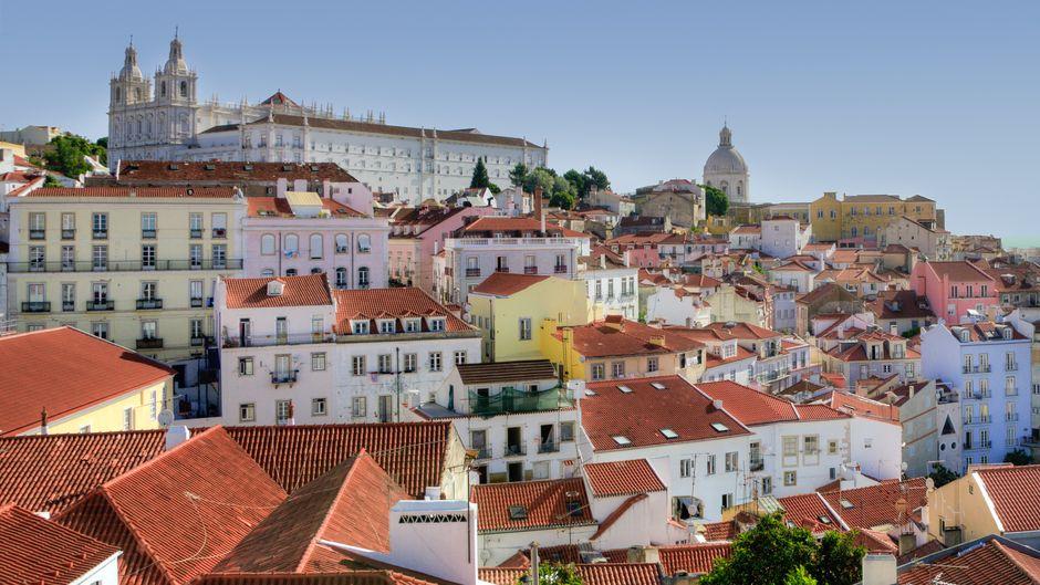 Das Altstadtviertel Alfama ist einer der beliebtesten Orte in Lissabon. Beim Bummel durch die Gassen gibt es für Reisende viel zu entdecken.