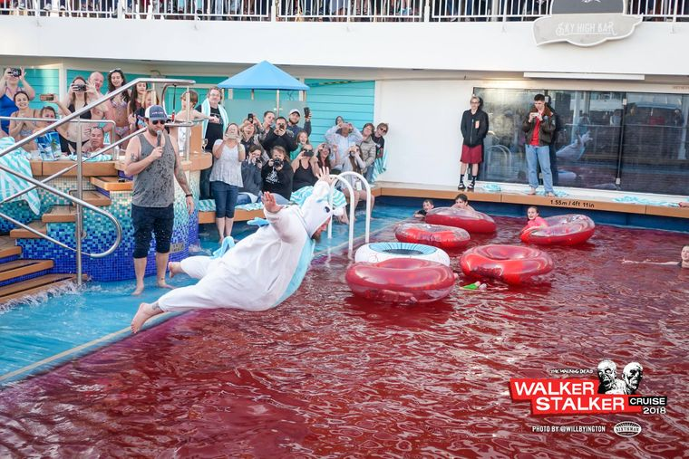 Ein Pool voller (Fake-) Blut darf bei der Walking-Dead-Kreuzfahrt natürlich nicht fehlen.