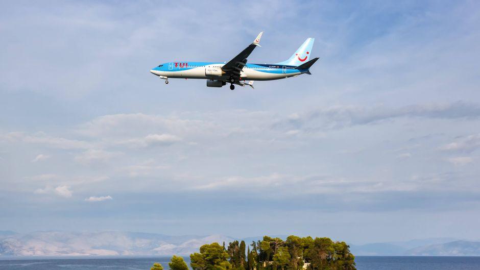 Im Anflug: Eine Boeing-Maschine schwebt über schönstem hellblauem Mittelmeerwasser Richtung Flughafen der Insel Korfu.