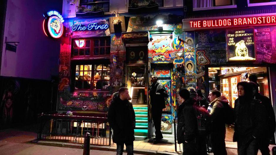 """Der Coffeeshop """"The Bulldog"""" in Amsterdam ist bei Touristen sehr beliebt."""