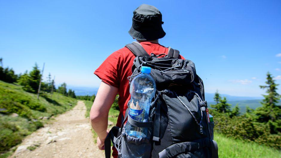 Ein Wanderer läuft mit seinem Rucksack durch das Riesengebirge.